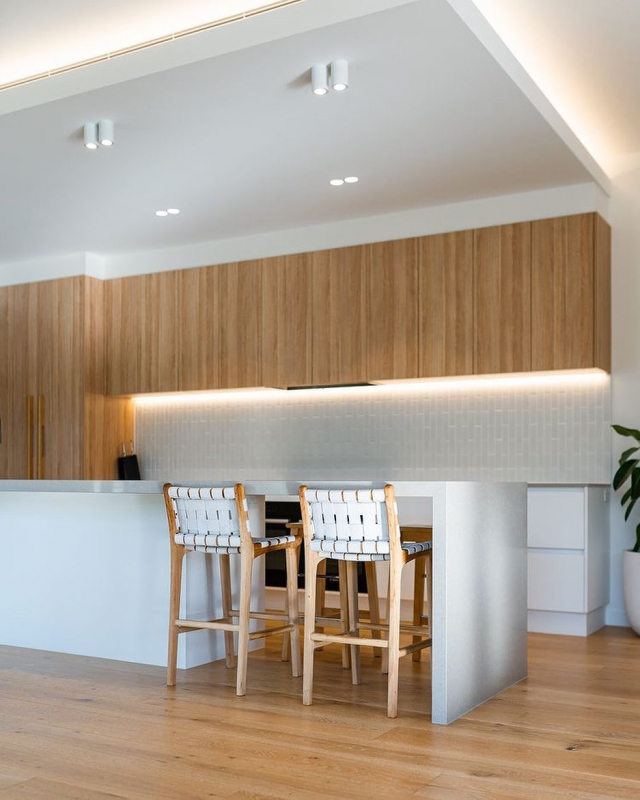 Our beautiful oversized 45x198 white stax featured in this Wellington point residence along side the stunning @fenton_and_fenton bar stools #myfentonandfenton @heelasshomes @tmarshalldesign ❤️