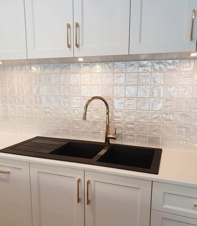 Mallorca White 100x100 now in stock.. recently completed kitchen by @constructionplusbrisbane #urbantileco #urbantiles #kitchendesign #backsplash #splashback #mallorca #brisbanerenovations