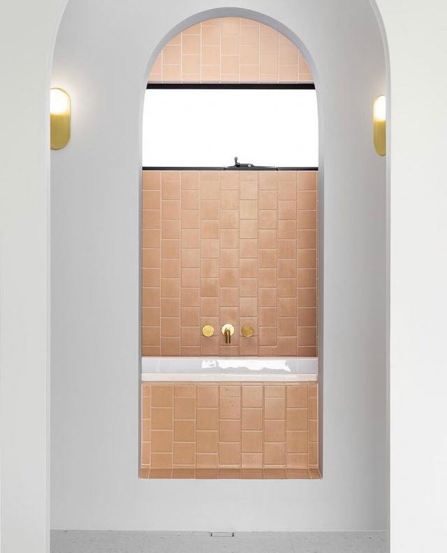 Our Dusty Peach 100x100s and some archway love.. @tmarshalldesign @kjk_interiors #urbantiles #urbantileco #bathgoals #bathroomdesign #interiordesigner